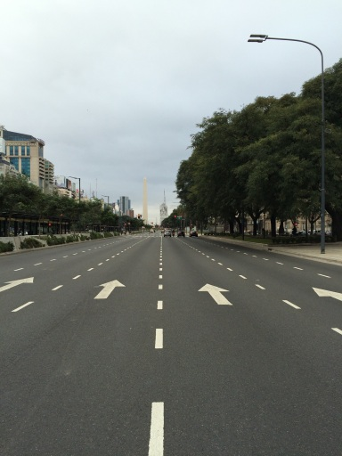 Part of the '9 de Julio' avenue is the widest in the world: the general strike gave us a rare glimpse of it without any traffic
