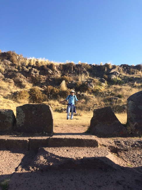 Our guide, in the centre of the 'templo del sol'. In the bottom we can see three stairs, symbolizing the Incan Trinity: Condor, Puma and Snake