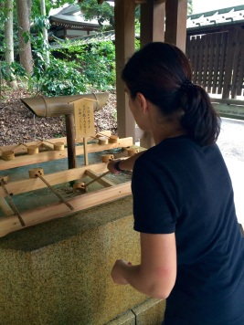 Jules purifying her hands at he Meiji-Jingū shrine