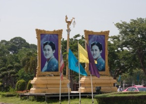... And pictures of the Thai Royal Family