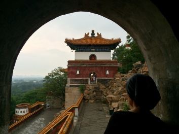 Jules waits for the rain to stop before seeing the rest of the Summer Palace