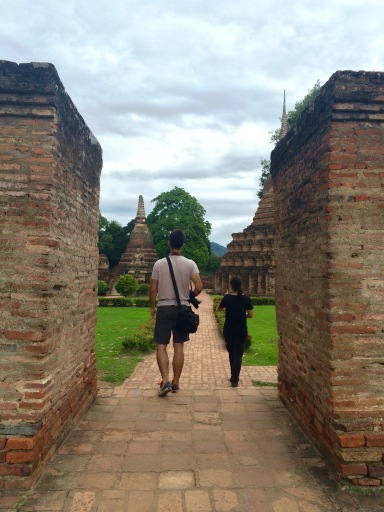 João and Jules wandering into the Sukhothai temple