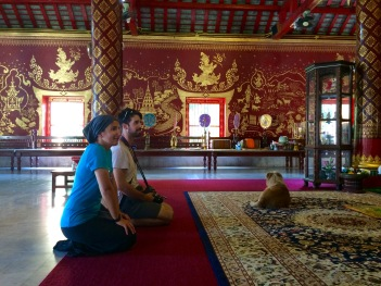 Jules, João and a four legged friend inside the Wat Chiang Mun temple