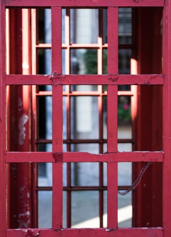 An old telephone booth at downtown Porto (35mm, f2, 1/640s, ISO 200)