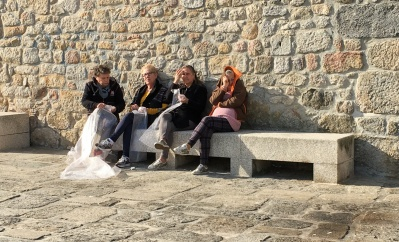 Women popping bubble wrap, Porto (Credits: João Mendes)