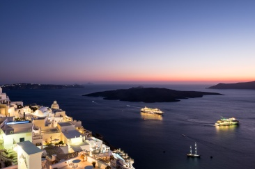 Twilight in Fira, Santorini (16mm, 5s, f7.1, ISO 200)