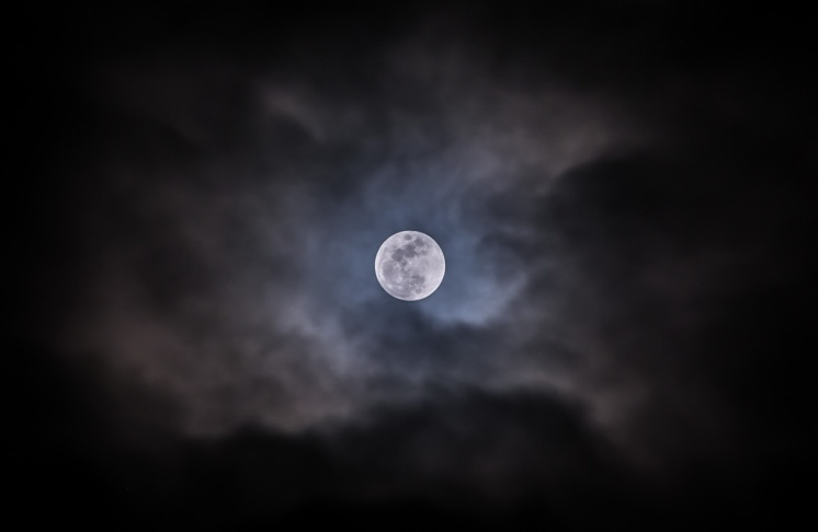 Full moon shortly before the penumbral lunar eclipse (200mm, f5.6, 1/10s, ISO 200)