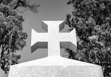 The Templar's cross on top of a tomb, Prazeres Cemetery, Lisbon, Portugal (48mm, f8, 1/420s, ISO 200, PPL2-Enhanced)