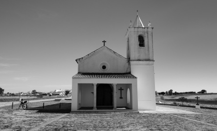 New Luz village church, Portugal (16mm, f9, 1/400s, ISO 200, PPL2-Enhanced)