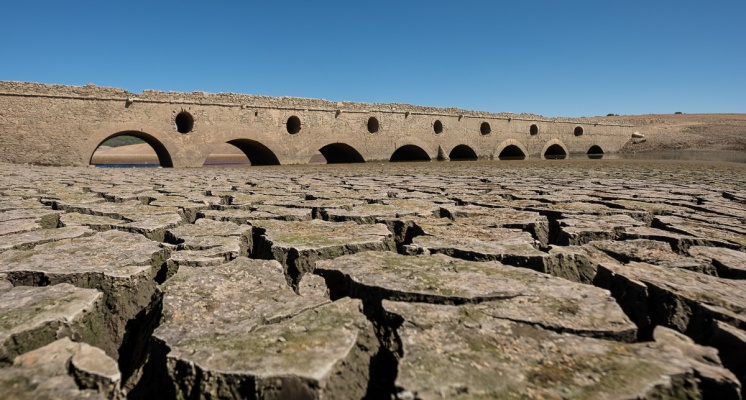 Submerged bridge at the bottom of the Pego do Alter water reservoir, Portugal (2-picture panorama, 16mm, f8, 1/450s, ISO 200, PPL2-Enhanced)