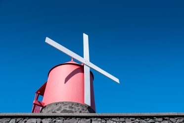 Windmill, Pico, Azores (24mm, f5.6, 1/750s, ISO 200, PPL1-Corrected)
