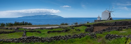 Vila do Corvo, Azores (3-picture panorama, 23mm, f5.6, 1/1100s, ISO 200, PPL2-Enhanced)