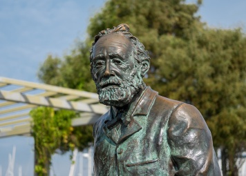 Close-up of Jules Verne's statue, Vigo, Galicia, Spain (PPL1-Corrected)